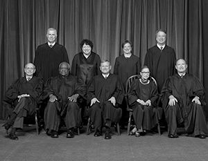 Судья Рут Гинзбург (вторая справа в первом ряду) умерла еще в сентябре, но сделать новую официальную фотографию составу ВС мешает коронавирус