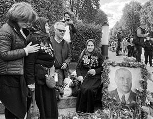 Киевляне защитили бабушек с портретом маршала Жукова от полиции и националистов
