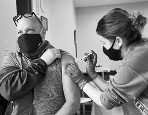 Вакцина Moderna, признанная «самой лучшей» – не самая безопасная