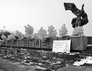 Памятник Освободителям в Риге завалили цветами