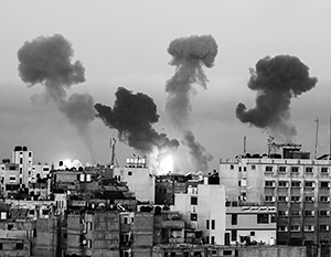 Дым над домами в Израиле – следы от ударов палестинских ракет