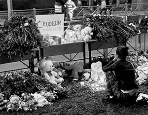 Стихийный мемориал на месте трагедии в Казани