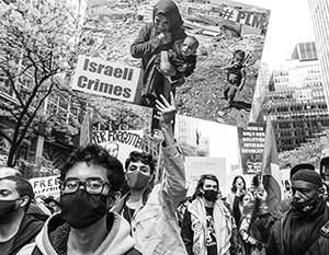 Сотни людей приняли участие в марше в поддержку Палестины на 42-й улице Манхэттена в Нью-Йорке. Скоро ожидаются тысячи