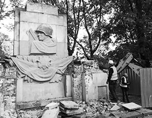 Монументы советским воинам подвергаются разрушениям даже на кладбищах