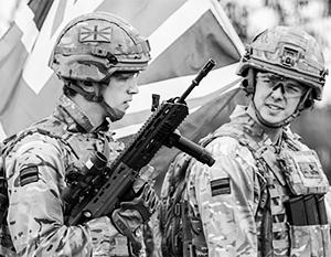 Британские солдаты ведут себя в Прибалтике куда менее презентабельно, чем выглядят