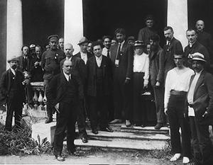 Оригинальное фото делегатов съезда Второго Интернационала в 1920 году. При советском ретушировании из множества человек остались лишь Ленин и Горький