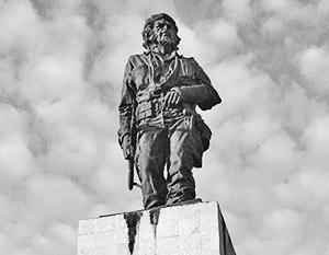 Памятник у Мемориала Че Гевары на Кубе, где обнаруженные после долгих поисков останки команданте были погребены в 1997 году