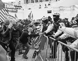 Полицейские у Капитолия сдерживали агрессивную, но практически не вооруженную толпу