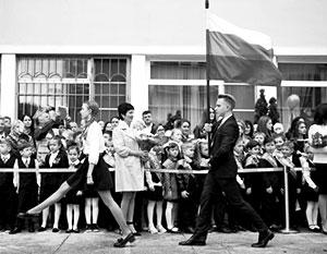 Путин поддержал введение традиции поднятия флага России в школах