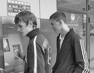 Теперь в банкоматах Сбербанка держатели карт других банков смогут снять не больше 10 тыс. рублей