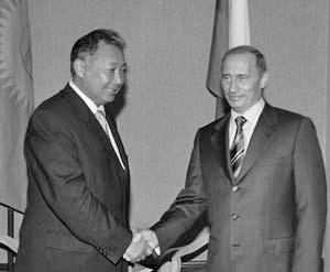Президент России Владимир Путин и президент Киргизии Курманбек Бакиев