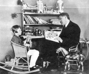 Чуковский с младшей дочерью Мурой. 1925 год