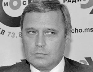 Около 100 человек держали плакаты с лозунгами «Казнокрадам не место во власти», «Касьянов – американский шпион»