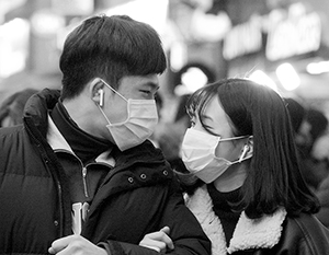 Жители Пекина привыкли ходить в масках из-за постоянного смога