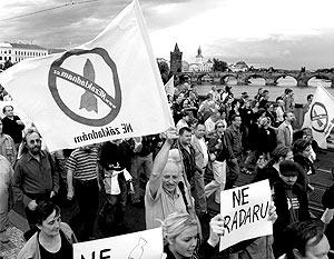 Более 2 тыс. человек заполнили центр Праги, осуждая действия властей