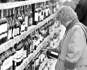 Только около 1 тысячи магазинов власти Москвы разрешат торговать крепкой алкогольной продукцией крепче 15 градусов в ночное время