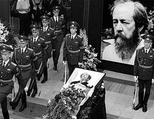 Солженицын в лучших своих вещах – «Архипелаге», «Корпусе», «Круге» – поднимался до общечеловеческих экзистенциальных вопросов добра и зла