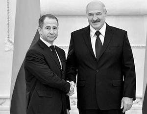 Из уст подчиненных Александра Лукашенко (справа) наш посол Михаил Бабич вынужден слушать обзывательства
