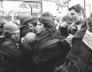 На улицы вышли тысячи студентов, они соорудили баррикады, захватили здание университета Сорбонны, ввязались в потасовки с полицией