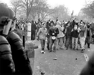 Сегодня французские студенты решат, как им действовать дальше:  продолжать громить Париж или сесть с правительством за стол переговоров