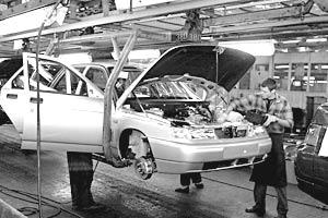 Чистая прибыль автомобилестроительного завода за 2005 год сократилась в четыре раза