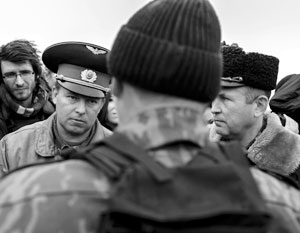 Март 2014 года. Украинские военнослужащие на территории военного аэродрома Бельбек во время переговоров с представителями самообороны Севастополя. Они могли бы открыть огонь, но не сделали этого