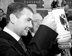 Дмитрий Медведев предлагает всем пить пиво только из мелкой посуды