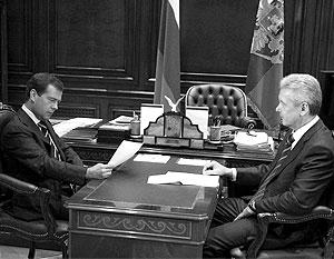 «Можно на это отреагировать», − резюмировал Медведев, передавая распечатку Собянину