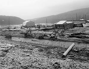 По свидетельствам очевидцев, после прорыва дамбы домики золотодобытчиков смыло потоком