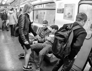 foto-devushek-na-stolah-s-razdvinutimi-nogami
