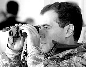 Дмитрий Медведев лично отслеживает уровень боевой подготовки российских войск (на фото – верховный главком следит за ходом учений КСОР «Взаимодействие-2009»).