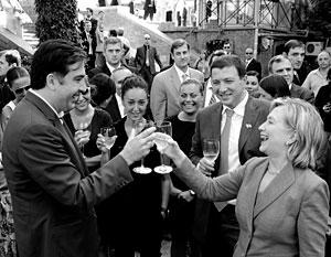 Хиллари Клинтон несколько освежила отношения с Михаилом Саакашвили, осушив пару бокалов местного вина на одной улиц старого Тбилиси