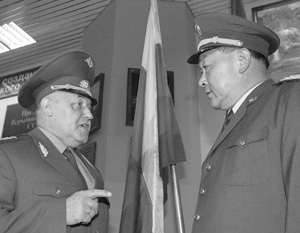Начальник Генштаба РФ генерал армии Юрий Балуевский и начальник штаба Народно-освободительной армии Китая генерал-полковник Лян Гуанле (слева направо) перед переговорами