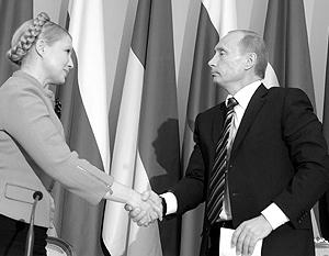 Юлия Тимошенко и Владимир Путин после подписания контракта 19 января 2009 года. В руках Путин держит свою  копию договора