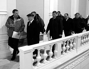 Юрий Лужков решил укрыться за театральными стенами