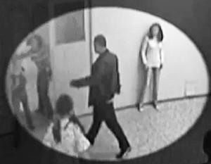 Мужчина зашел в кабинет и, ударив в лицо женщину, стал избивать ее ногами