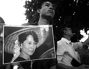 Активисты оппозиции в Янгуне уже без опаски собрались в субботу у дома освобожденного лидера