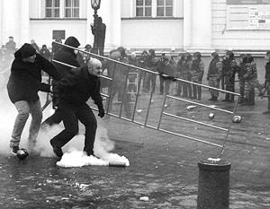 Фанаты кидались заграждениями в представителей правоохранительных органов