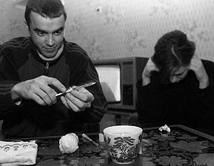 По данным ФСКН, от наркотиков в России умирают 100 тыс. молодых людей