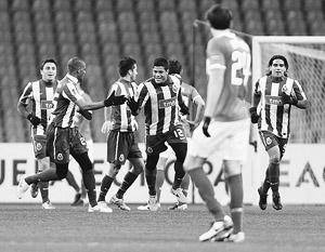 Ставший лучшим в четверг на поле в составе «Спартака» Артем Дзюба наблюдает, как игроки «Порту» празднуют очередной забитый гол