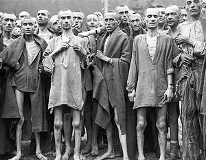 Огромные страшные фото снабжены мелкими подписями о том, что это не советские, а гитлеровские лагеря