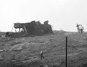 Изуродованная взрывом пожарная машина, прибывшая тушить базу ВМФ