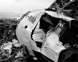 Первоначально поступали сообщения, что Boeing-737 пропал с радаров после столкновения с небольшим частным самолетом