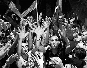 Ливийские повстанцы празднуют победу на главной площади страны