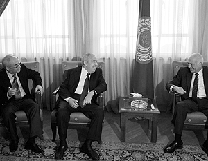 Генсек ЛАГ Набиль аль-Араби (справа) на встрече в Каире с экс-главой МИД Ливии Али Треки (в центре) и представителем ПНС Абдель-Монеимом аль-Хоуни