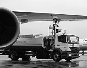 Заправка самолета топливом в аэропорту Домодедово