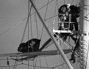 Пиратский флаг провисел на «Авроре» недолго – хулиганов задержали сотрудники полиции