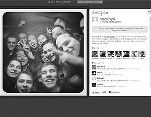 Эту фотографию блоггер Навальный выложил у себя в Twitter, написав: «Сижу с пацанами в омоновском автобусе. Они всем передают привет».