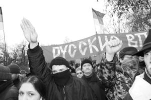 Нацистские лозунги вкупе с традиционным нацистским жестом приветствия – выброшенной вверх рукой – продолжились и на митинге в сквере на Девичьем поле