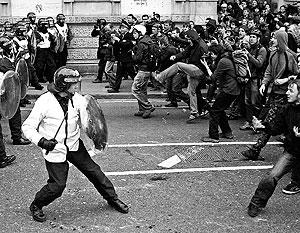 Люди имеют право митинговать, это записано в конституциях почти всех стран. А полиция имеет право разгонять митингующих